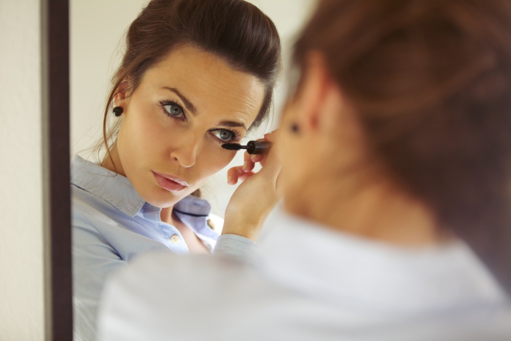 best heated eyelash curler | woman applying mascara