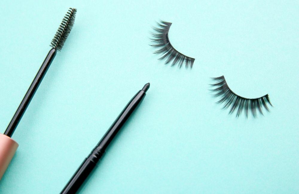 eyeliner and mascara makeup