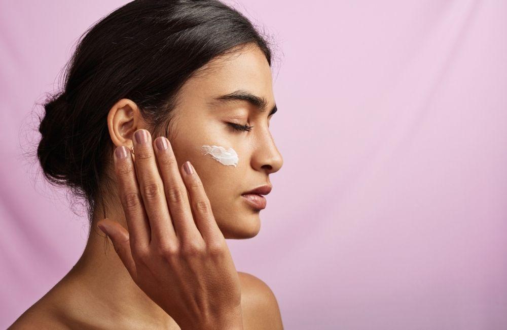 woman moisturizing face skin - Easy Beauty Tricks